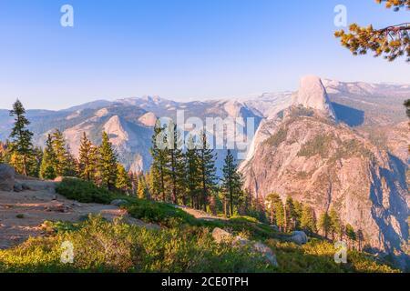 El panorama aéreo de Washburn Point en el Parque Nacional Yosemite, California, Estados Unidos. Vista desde Washburn Point: Half Dome, Liberty Cap, Yosemite