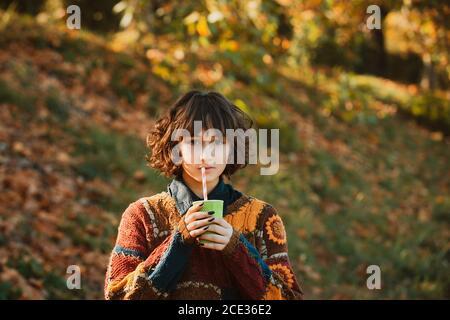Retrato de una hermosa mujer joven caminando al aire libre en otoño. Mujer de otoño retrato de feliz hermosa raza mixta asiática joven caucásica