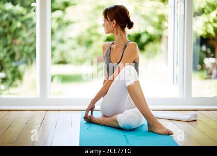 Atractiva chica practicando Yoga
