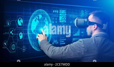 Tecnologías modernas en Negocios. Hombre tocando pantalla virtual con iconos de red global