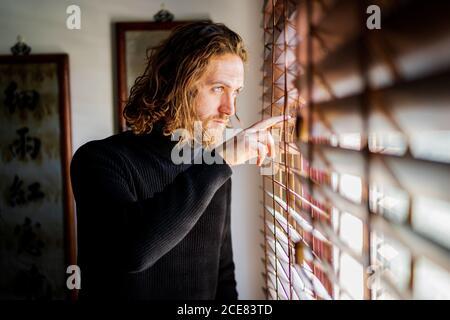 Hombre maduro mirando por la ventana