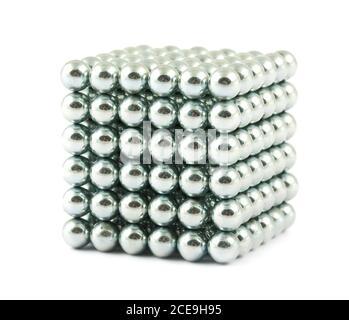 Cubo de bolas metálicas brillantes Foto de stock