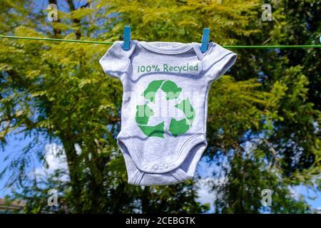 Recicle la ropa icono en Babygro secado exterior en línea de lavado con 100% de texto reciclado, sostenible concepto de moda ilustración reutilización, reciclaje de la capa