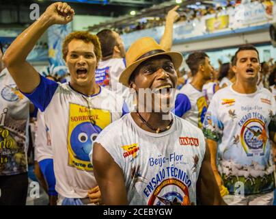 Rio de Janeiro, Brasil - Febrero 13 2014: Grupo de hombres étnicos gritando en emoción mientras observaban ensayos en la escuela de samba
