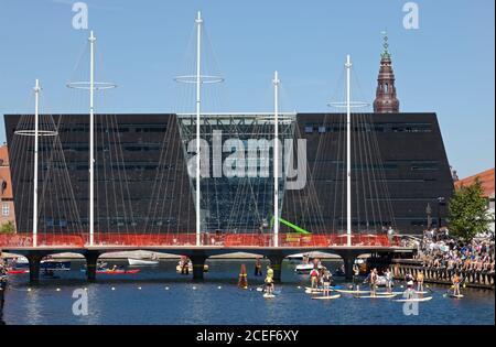 Cirkelbroen, el puente circular sobre el canal Christianshavn, Copenhague, el día de la inauguración en agosto de 2015. Diseñado por el artista Olafur Eliasson.
