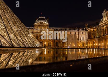 Vista nocturna del Musee du Louvre en París, Francia.