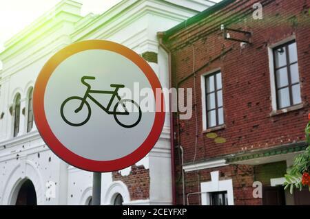 Señal que prohíbe el ciclismo en el fondo de los edificios urbanos.