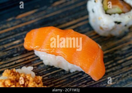 un sushi nigiri salmón ahumado aislado entre diferentes piezas de sushi