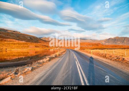 Paisaje hermoso escenario con el cielo dramático a lo largo de la carretera de circunvalación, ruta 1 en Islandia, Europa.