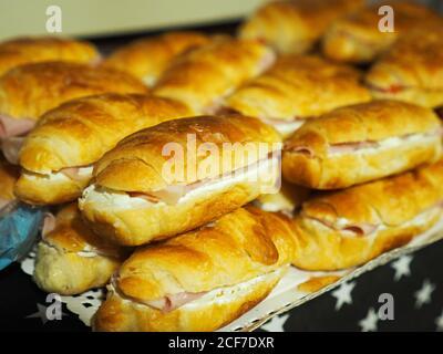 Una serie de deliciosos canapés en una bandeja de plata una mesa en el interior Foto de stock