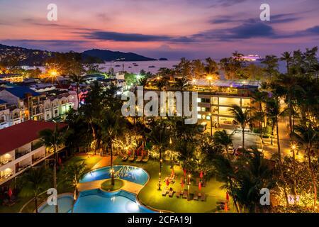 Vista del paisaje de la puesta de sol sobre el mar de Andaman, Playa de Patong, Phuket, Tailandia