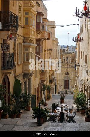 La histórica Iglesia de Santa Lucía se encuentra a los pies de una sección peatonal de la calle Santa Lucía bordeada de tiendas y restaurantes en Valletta, Malta.