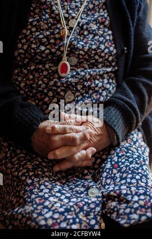 Detalle de las manos de la anciana con osteoartritis