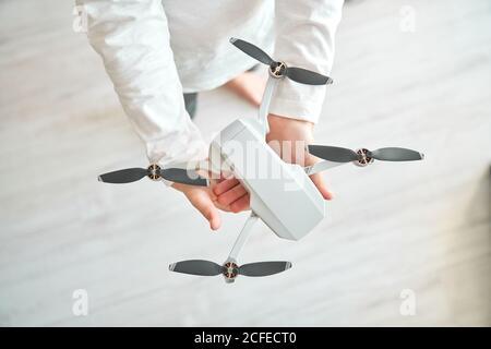 Niño manipulando un drone y el mando a distancia que acaba de dar a él