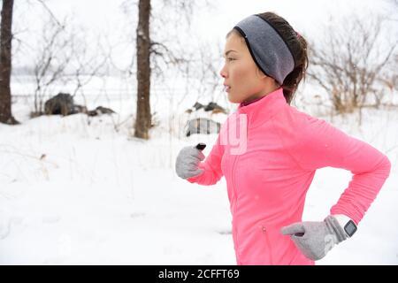Pista de corredor corriendo en la nieve fría del invierno