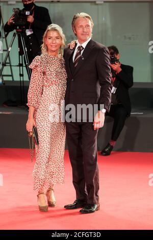 Palacio del Cine, Lido, Venecia, Italia. 5 de septiembre de 2020. Hanne Jacobsen, Mads Mikkelsen posan sobre la alfombra roja en el Premio Kineo. Imagen de crédito: Julie Edwards/Alamy Live News