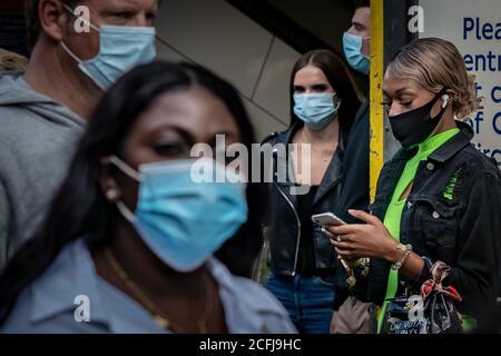 Londres, Reino Unido. 6 de septiembre de 2020. Coronavirus: Compradores dominicales con revestimientos de cara vistos cerca de la salida de la estación de Oxford Street. Crédito: Guy Corbishley/Alamy Live News