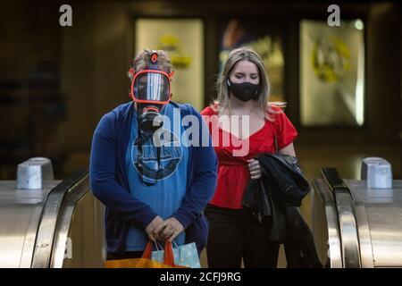 Londres, Reino Unido. 6 de septiembre de 2020. Coronavirus: Se siguen haciendo cumplir los revestimientos para la cara en el transporte subterráneo. Hombre con máscara de gas visto entrar en la estación de agua de Canadá. Crédito: Guy Corbishley/Alamy Live News