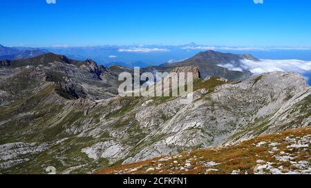 Vista panorámica de las montañas sobre el cielo azul claro, con el Monte Monviso sobre el fondo