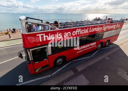 """Southend on sea, Essex, Reino Unido. 6 de septiembre de 2020. La compañía de autobuses Ensignbus ha estado ejecutando un servicio de autobuses programados con techo abierto desde Leigh on sea hasta Southend Pier durante todo el verano, como la ruta 68 y nombrado el Servicio de Seaside. A medida que la temporada llega a su fin, la empresa tiene hoy en día un '68 Extravaganza', y utilizó una serie de vehículos especiales en la ruta, como una réplica de 1913 B-TYPE, 1971 Daimler Fleetline, un antiguo autobús turístico de Londres 1984 MCW Metroliner (foto), y autobuses """"invitados"""""""