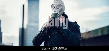 joven con una máscara de gas en una calle de la ciudad