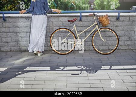 Bonita dama con vestido blanco descansando en la plaza de la ciudad