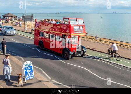AEC Regent III bus en Ensignbus Ruta 68 servicio a lo largo del paseo marítimo en Southend on sea, Essex, Reino Unido. Evento especial de extravagancia de autobuses con techo abierto