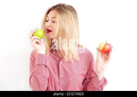 Joven hermosa mujer sosteniendo manzanas frescas sobre fondo blanco Foto de stock