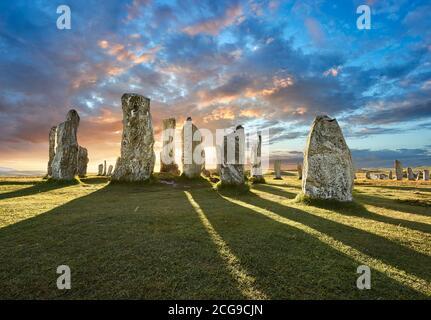 Calanais Stones de pie círculo central de piedra, al atardecer, erigido entre 2900-2600BC de 11 metros de ancho. En el centro del anillo hay un hu