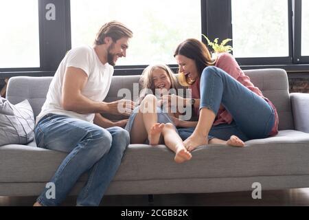 Retrato de familia divertirse en la sala de estar