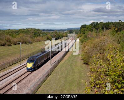 Un tren Hitachi clase 395 trabaja su bato a través de Kent cerca del Castillo de Leeds, maidstone en su camino a la Estación Internacional de Ashford, 9 de septiembre de 2020