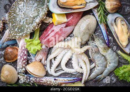 Bufé de marisco fresco crudo con ingredientes de romero de limón y hierbas Especias / mariscos mariscos sobre hielo congelado con gambas de gambas garras de cangrejo concha almejas s