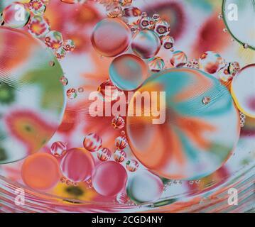 macro de aceite y agua sobre fondo colorido Foto de stock