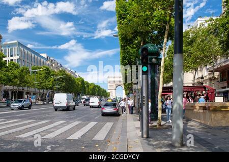 PARIS,FRANCIA - JULIO 29,2017 : la Avenida de los Campos Elíseos en un hermoso día de verano en París