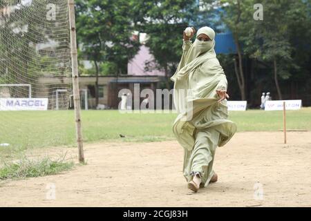 Dhaka, Bangladesh. 11 de septiembre de 2020. Jhorna Akter Bowling (cricket) con su hijo Sheikh Yamin Sinan en el área de Paltan en Dhaka.las escuelas de niños aún están cerradas debido a la pandemia de Coronavirus (COVID-19) así que una madre sale a jugar Cricket con su hijo en Dhaka, Bangladesh. Crédito: SOPA Images Limited/Alamy Live News