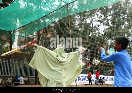 Dhaka, Bangladesh. 11 de septiembre de 2020. Jhorna Akter celebra con su hijo Sheikh Yamin Sinan en el área de Paltan en Dhaka.las escuelas de niños aún están cerradas debido a la pandemia de Coronavirus (COVID-19) así que una madre sale a jugar Cricket con su hijo en Dhaka, Bangladesh. Crédito: SOPA Images Limited/Alamy Live News