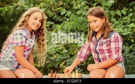 Lluvia de ideas. Hacer que el cerebro funcione. El desarrollo de la primera infancia. dignos adversarios. Desarrollar habilidades ocultas. concentra las niñas juegan al ajedrez. juego de ajedrez hermanas niños calificados. Encienda su cerebro.