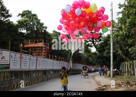 Dhaka, Dhaka, Bangladesh. 11 de septiembre de 2020. Un vendedor de balones está en busca de clientes durante la pandemia de COVID-19. Crédito: M. Rakibul Hasan/ZUMA Wire/Alamy Live News