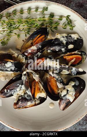 Moules Marinieres - mejillones cocinados con salsa de vino blanco.