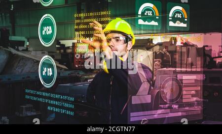 El trabajador de la fábrica utiliza el futuro dispositivo de pantalla holográfica para controlar la máquina de fabricación en la fábrica. Concepto de tecnología de automatización futurista, realidad aumentada virtual y visualización inteligente.