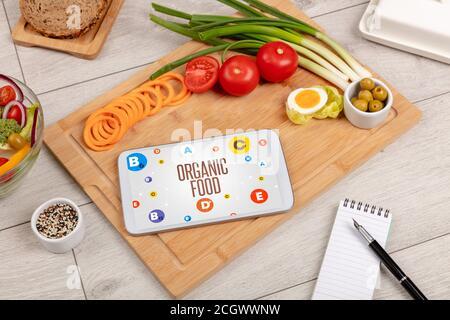 Composición saludable de Tablet PC con inscripción DE ALIMENTOS ORGÁNICOS, concepto de pérdida de peso