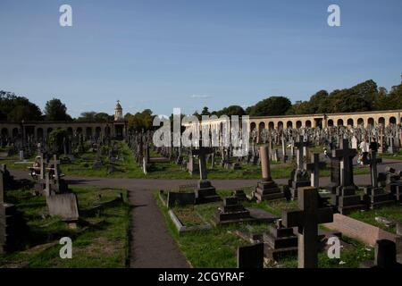 Las colonnades y lápidas en el Cementerio de Brompton - originalmente el oeste de Londres y el Cementerio de Westminster - Kensington y Chelsea, Londres, Reino Unido