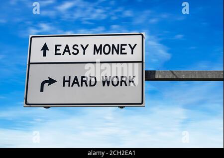 Dinero fácil contra trabajo duro. Señal blanca de dos flechas en el poste de metal.