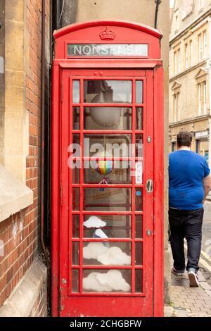 Antiguo K6 Grado II enumerados caja de teléfono rojo convertido en Instalación de arte fuera del Museo de Historia en Pembroke Street Oxford Oxfordshire Reino Unido