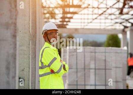 ingeniería de retratos y construcción en el sitio de construcción
