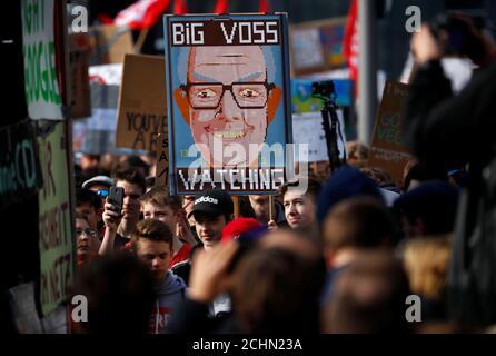 La gente protesta contra la reforma prevista de los derechos de autor de la UE en Berlín, Alemania 23 de marzo de 2019. REUTERS/Hannibal Hanschke