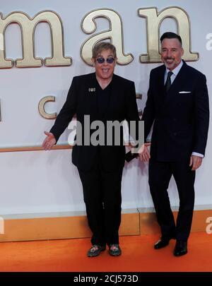 El cantante Elton John llega con su socio David Furnish para el estreno mundial de 'Kingsman: The Golden Circle' en Londres, Gran Bretaña, el 18 de septiembre de 2017. REUTERS/Eddie Keogh Foto de stock