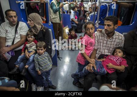 Yasmine (3 ª R), 6, una migrante de Deir al Zour, Siria desgarrada por la guerra, se sienta con sus padres en el metro en Atenas, Grecia 12 de septiembre de 2015. El cruce de Turquía a Lesbos y el eventual viaje a Atenas es sólo el comienzo para Yasmine y otras familias. A continuación se encuentra una caminata hacia el norte a través de Grecia, pasando por Macedonia y Serbia hasta Hungría y hasta Austria, Alemania y los países más industrializados. Foto tomada el 12 de septiembre de 2015. REUTERS/Zohra Bensemra