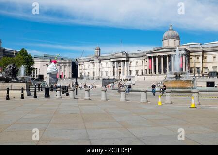 Trafalgar Square con la Galería Nacional y fuentes de Edwin Lutyens. Londres, Reino Unido.