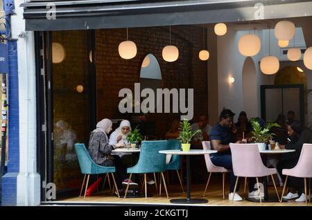mujer comensales en el café beam en crouch extremo norte de londres N8 inglaterra Reino Unido Foto de stock